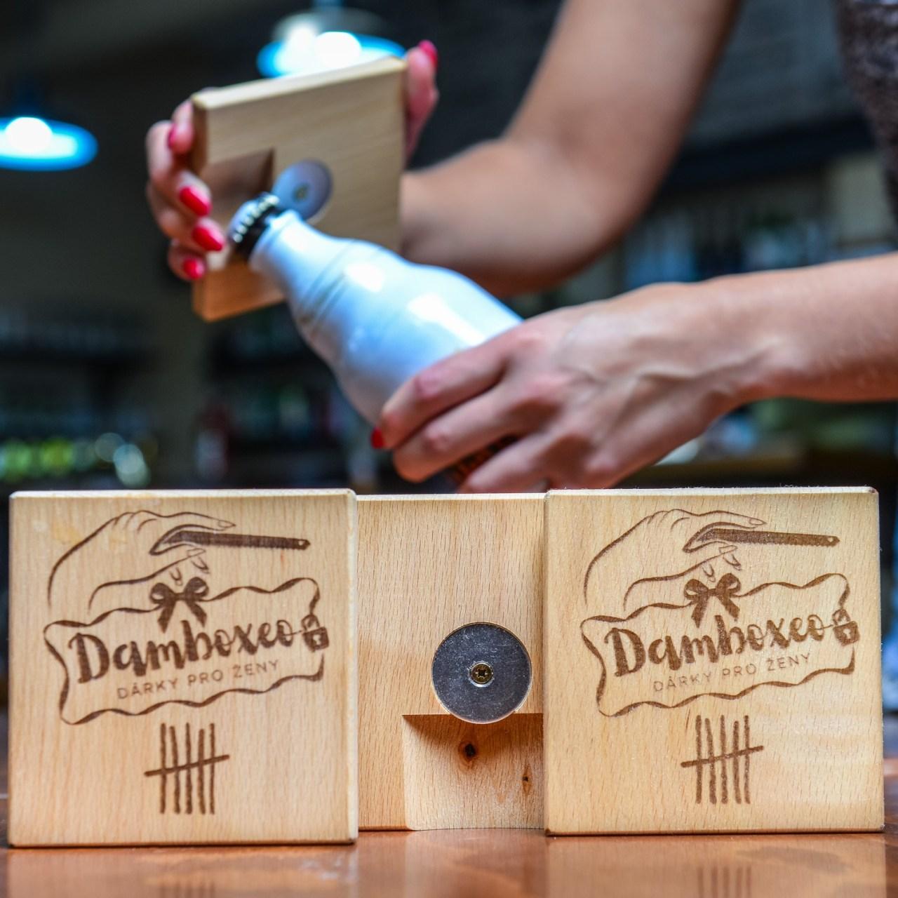 Dřevěný podtácek Damboxeo s otvírákem