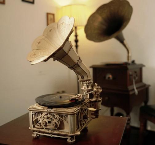 Skládací model funkčního dřevěného gramofonu