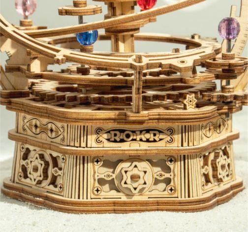 Dřevěný model sluneční soustavy