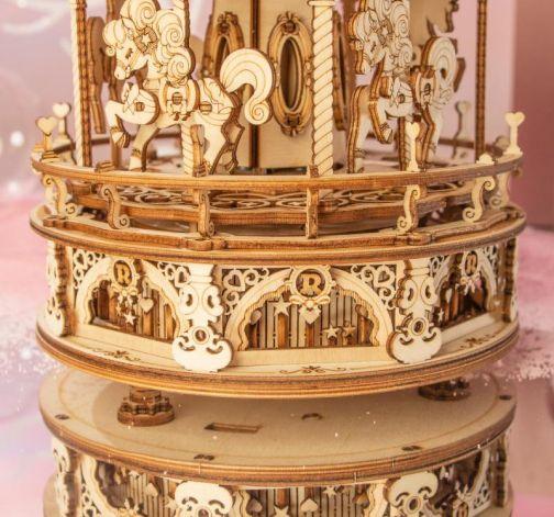 Dřevěný model hracího kolotoče