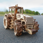 Dřevěný 3D model traktoru