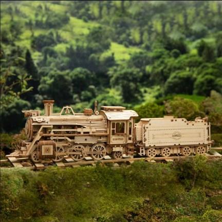 Dřevený model parní lokomotivy